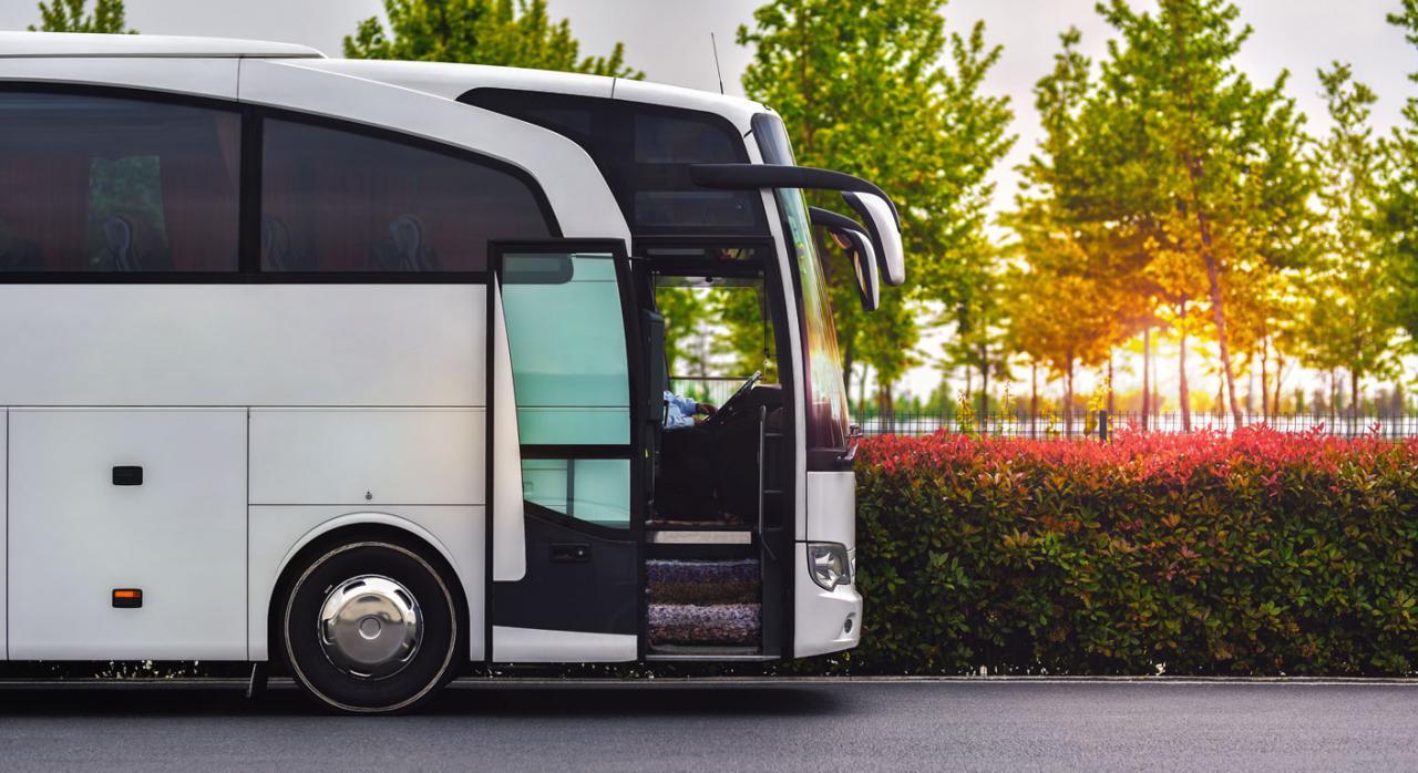 El Tribunal Supremo fija que el empleador debe pagar la tasa de renovación del Certificado de Aptitud Profesional del sector de transporte de viajeros por carretera. Imagen de un autobús
