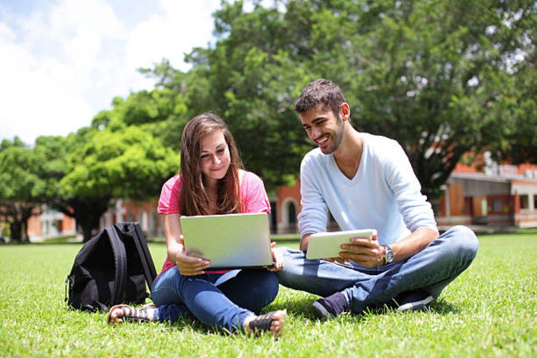Normativa autonómica general y convocatorias de ayudas (del 16 al 30 de junio de 2021). Imagen de jóvenes consultando la normativa de las CCAA