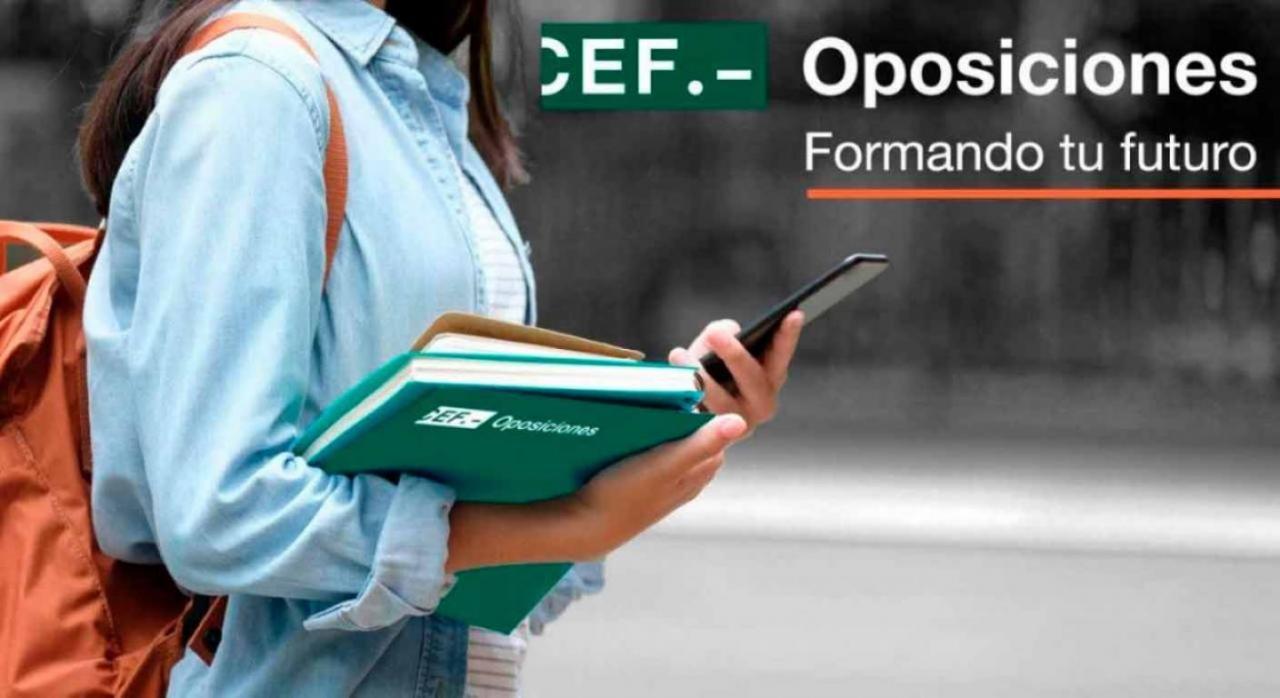 Publicada la  oferta de empleo público para 2021. Imagen de alumna con una carpeta de oposiciones del CEF