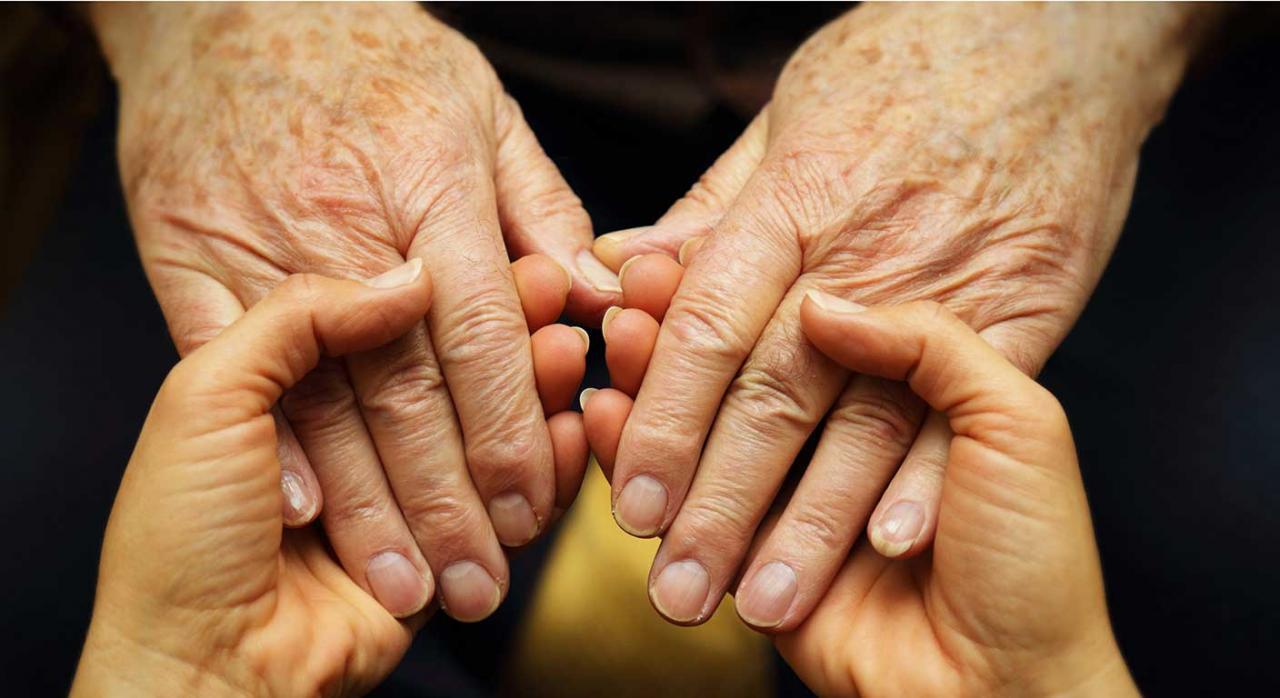 Medidas para residencias de mayores. Imagen de unas manos de una persona mayor