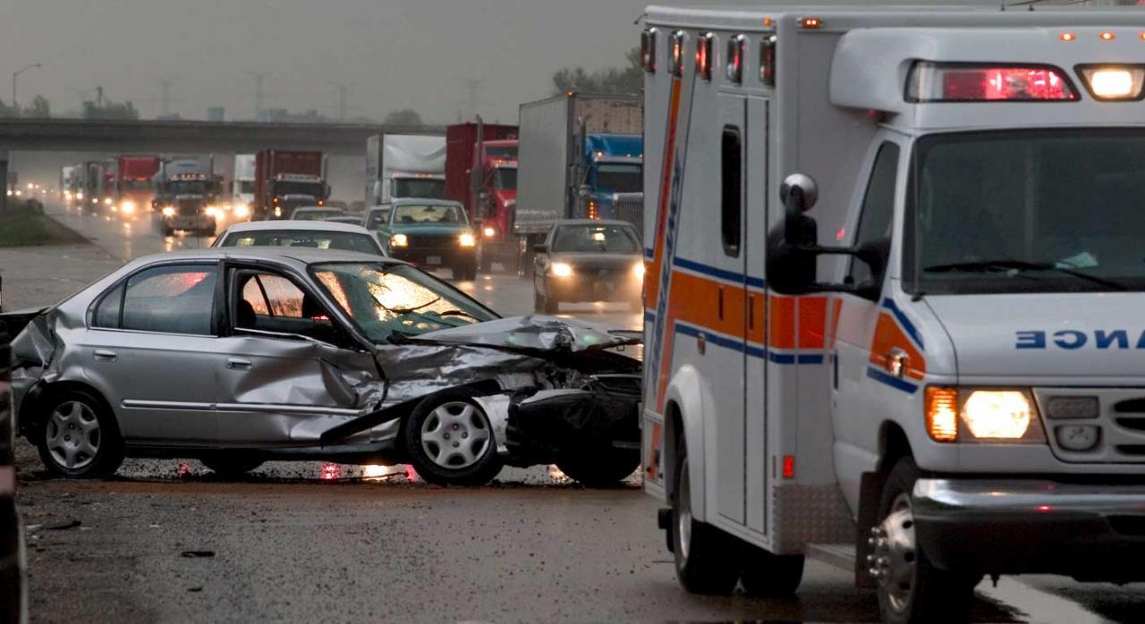 Accidente in itinere como consecuencia del servicio. Imagen de accidente de coche en autopista atascada, presencia de ambulancia
