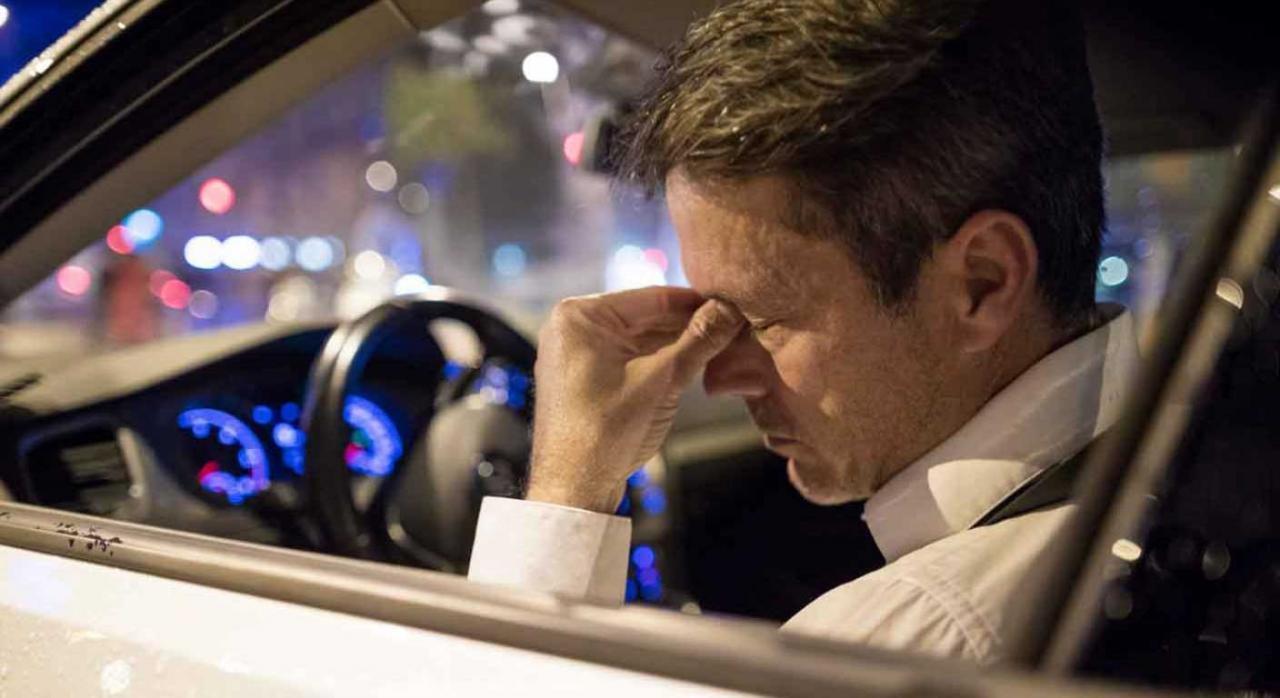 Reconocimiento de incapacidad permanente a camarero que sufrió un ictus. Imagen de un señor encontrandose mas en el coche