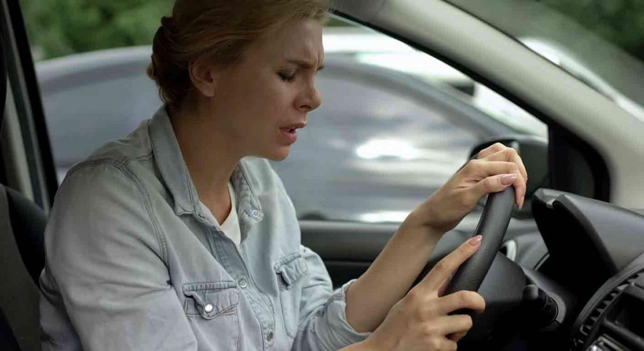 Accidente de tráfico. Conductora al volante sintiendo mareos