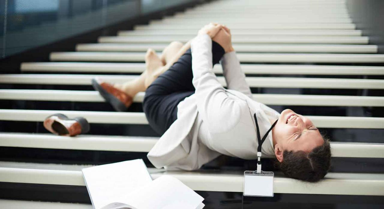 Imagen de una señora tirada en el sueño debido a un accidente in itinere