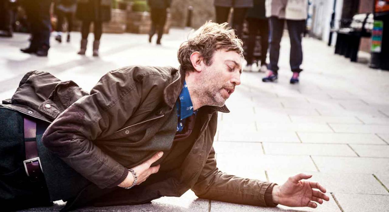 Imagen de un chico tirado al suelo tras tener un accidente en la calle