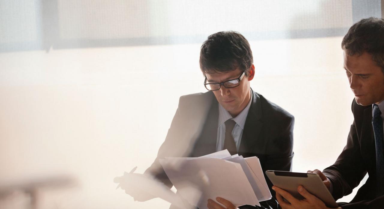 Actos declarativos de derechos; prescripción. Imagen de hombres de negocios trabajando