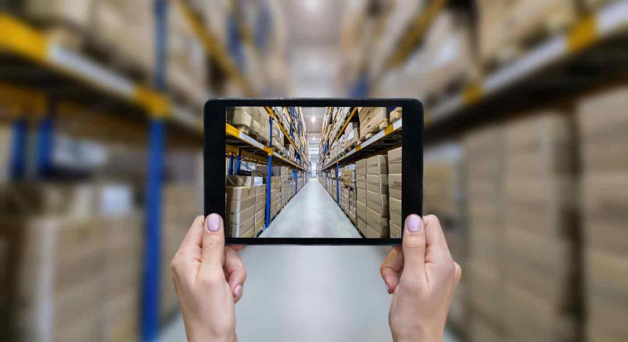 Vista de un almacén a través de una tablet