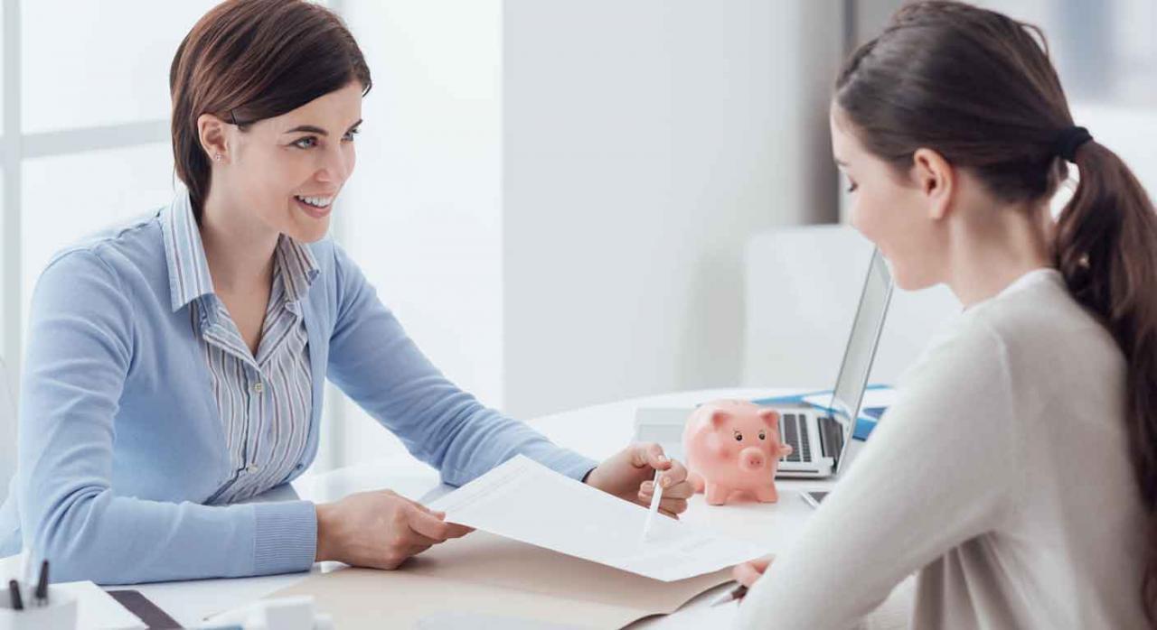 Imagen de un asesor laboral con una chica explicandole sobre su caso