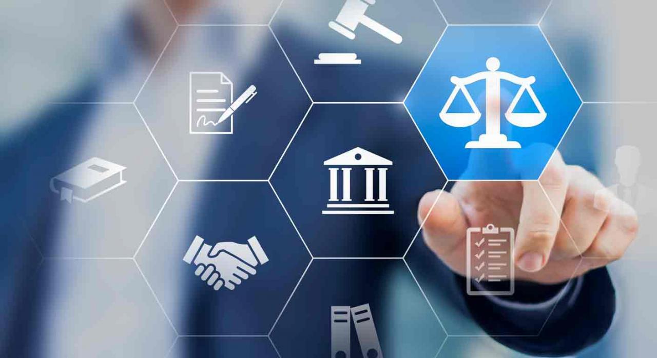Reforma laboral. Iconos de la justicia y la mano de un hombre en segundo plano señalando uno de ellos