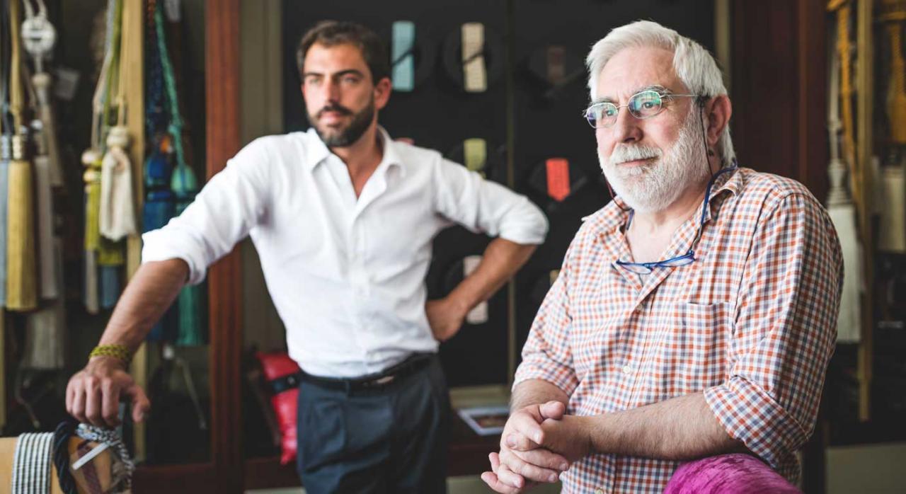 Padre e hijo en su puesto de trabajo. Autónomo societario