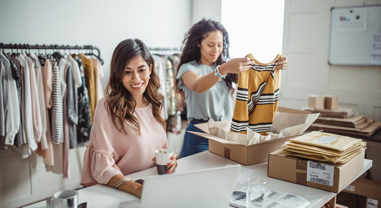 Autónomos. Imagen de dos mujeres en una tienda