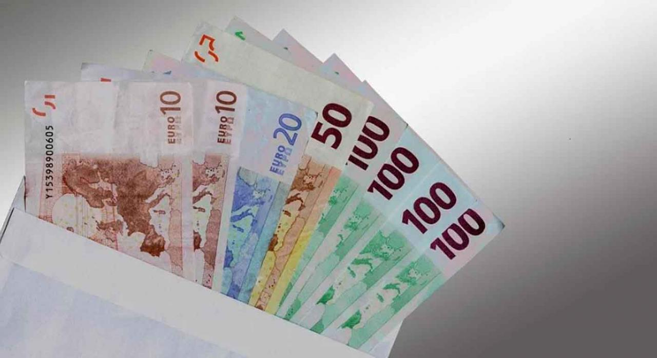 Incumplimiento de obligaciones empresariales; abono de cantidades fuera de nómina. Billetes guardados en un sobre