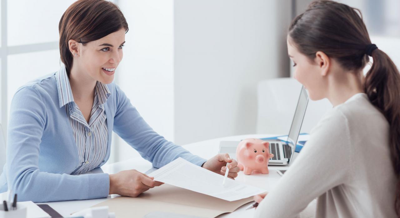 Dos mujeres firmando las bonificaciones y reducciones de una contrato laboral