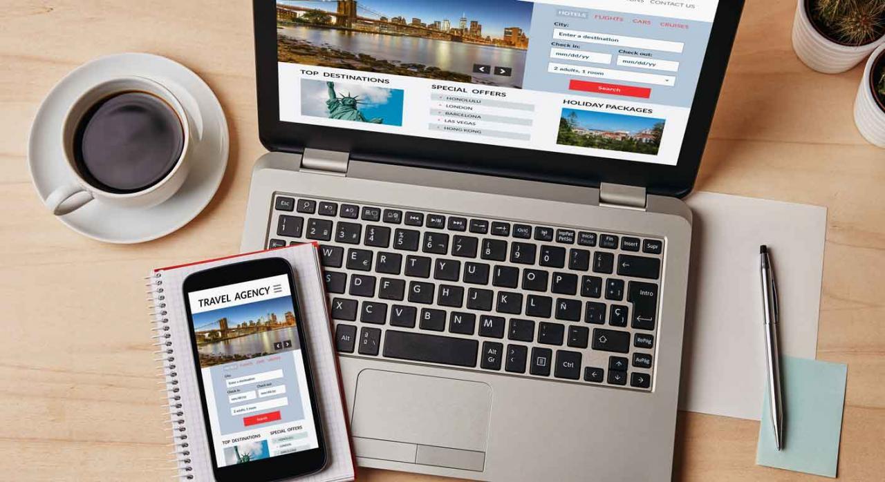 ERTE; fuerza mayor; Covid-19; modificación de las condiciones de trabajo. Un café un móvil y un portátil y en la pantalla la página de agencia de viajes