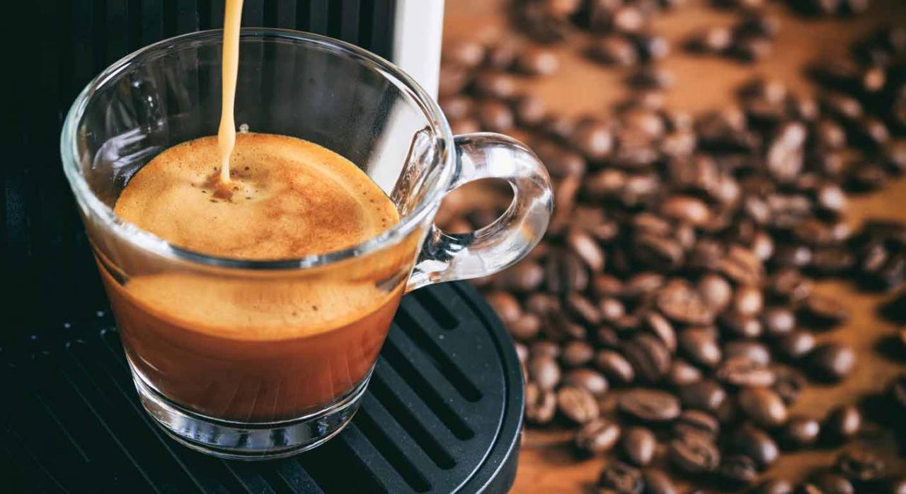 Registro de jornada. Máquina de café preparando un expreso