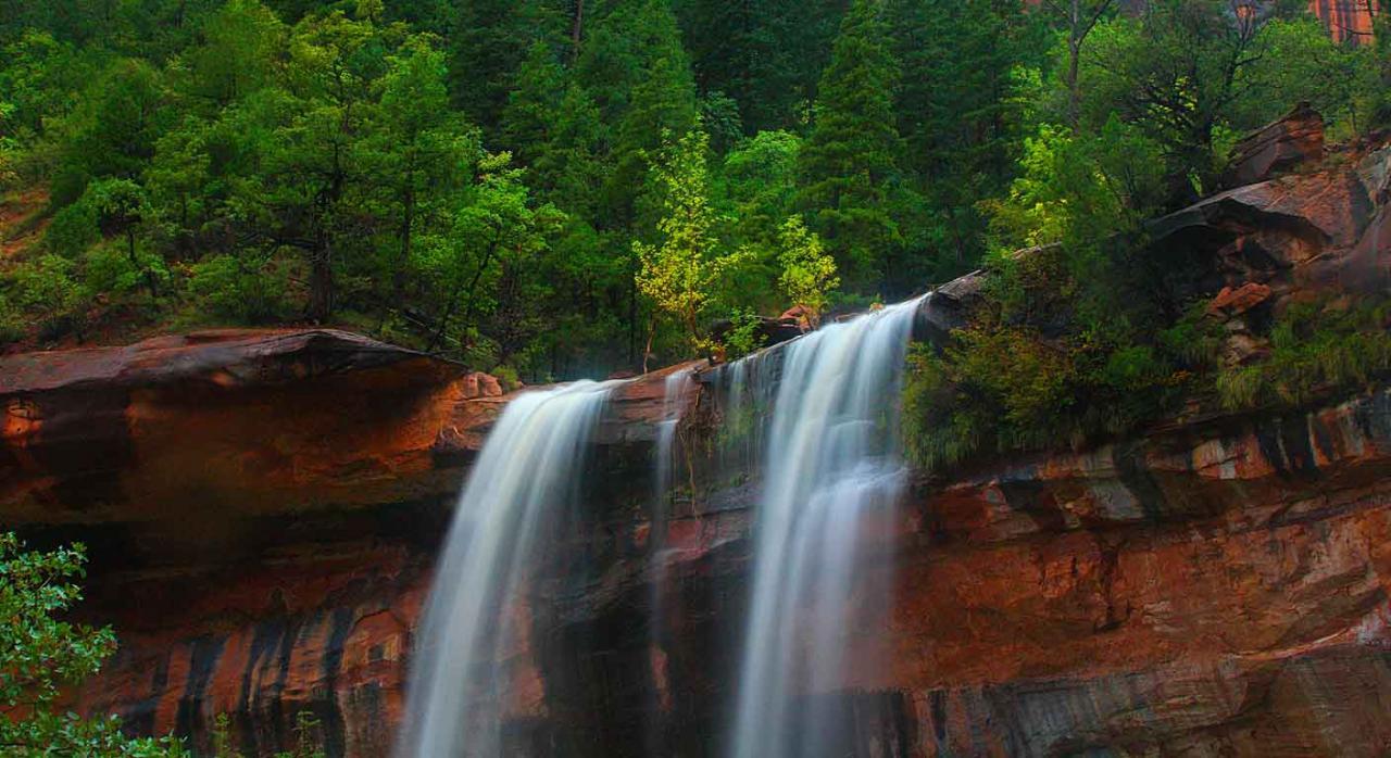 Convenios colectivos. Cascada en árboles y montañas