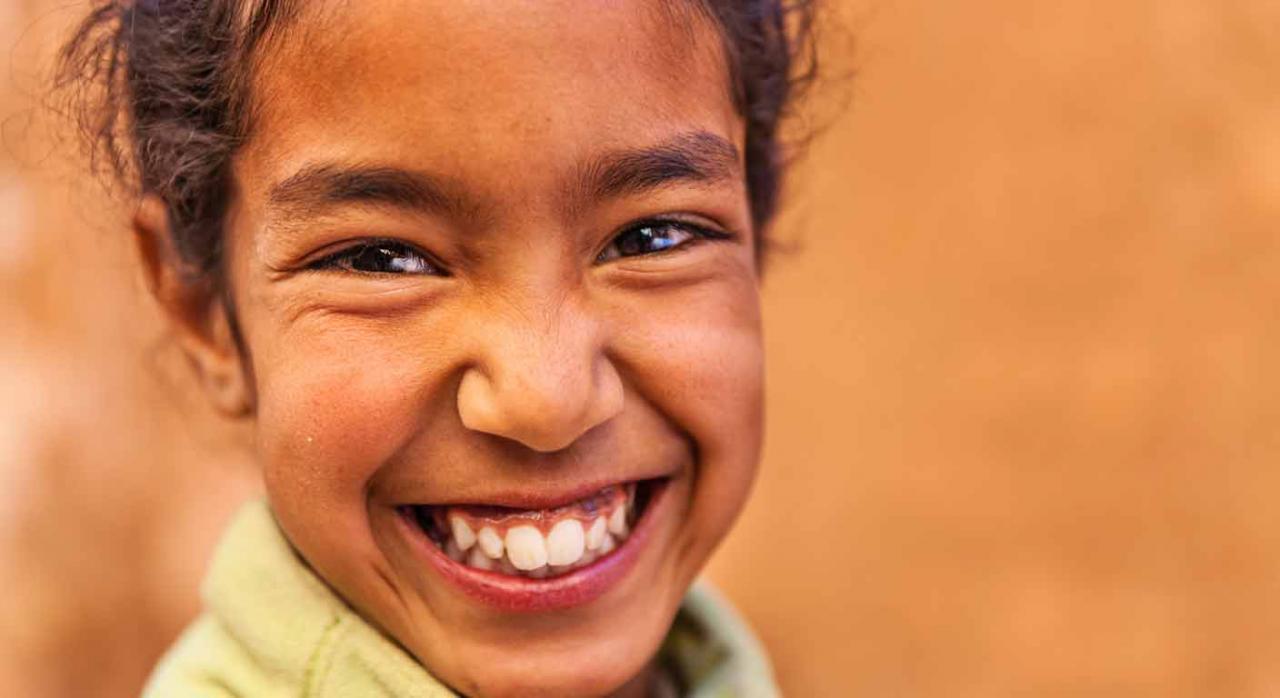 Chica muy joven musulmana sonriendo