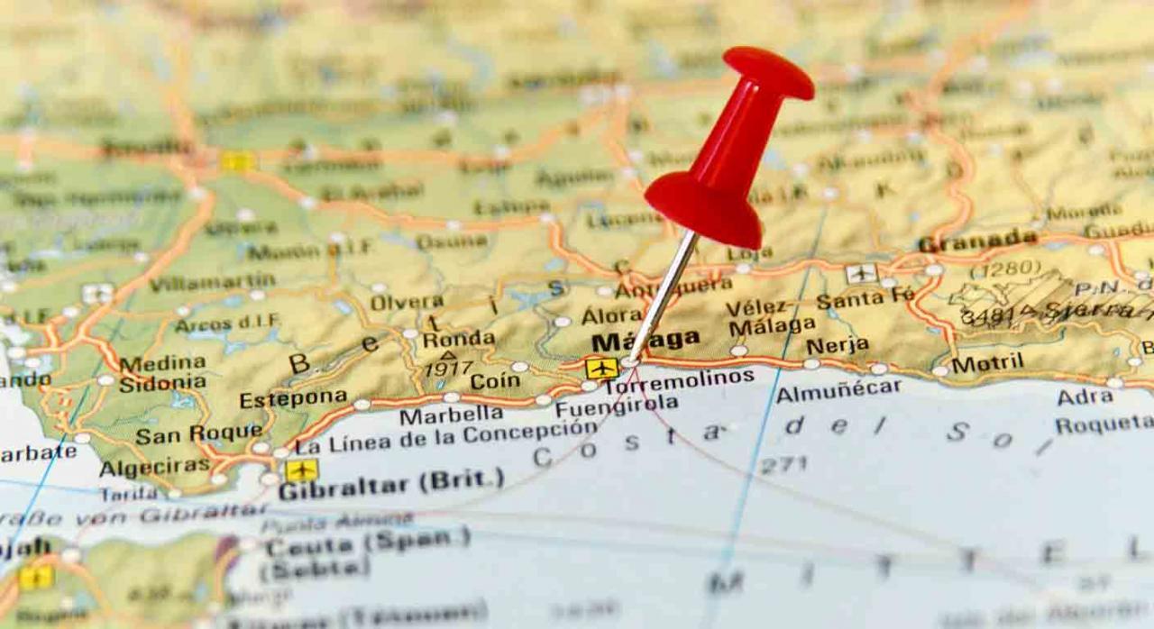 Movilidad geográfica; traslado; el poder de dirección del empresario. Chincheta sobre un mapa señalando un punto de la costa de Málaga