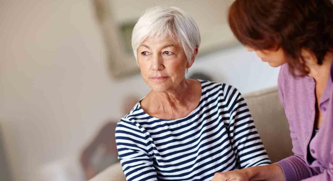 Complemento por aportación demográfica. Mujer sonteniendo la mano de una mujer mayor con expresión de preocupación