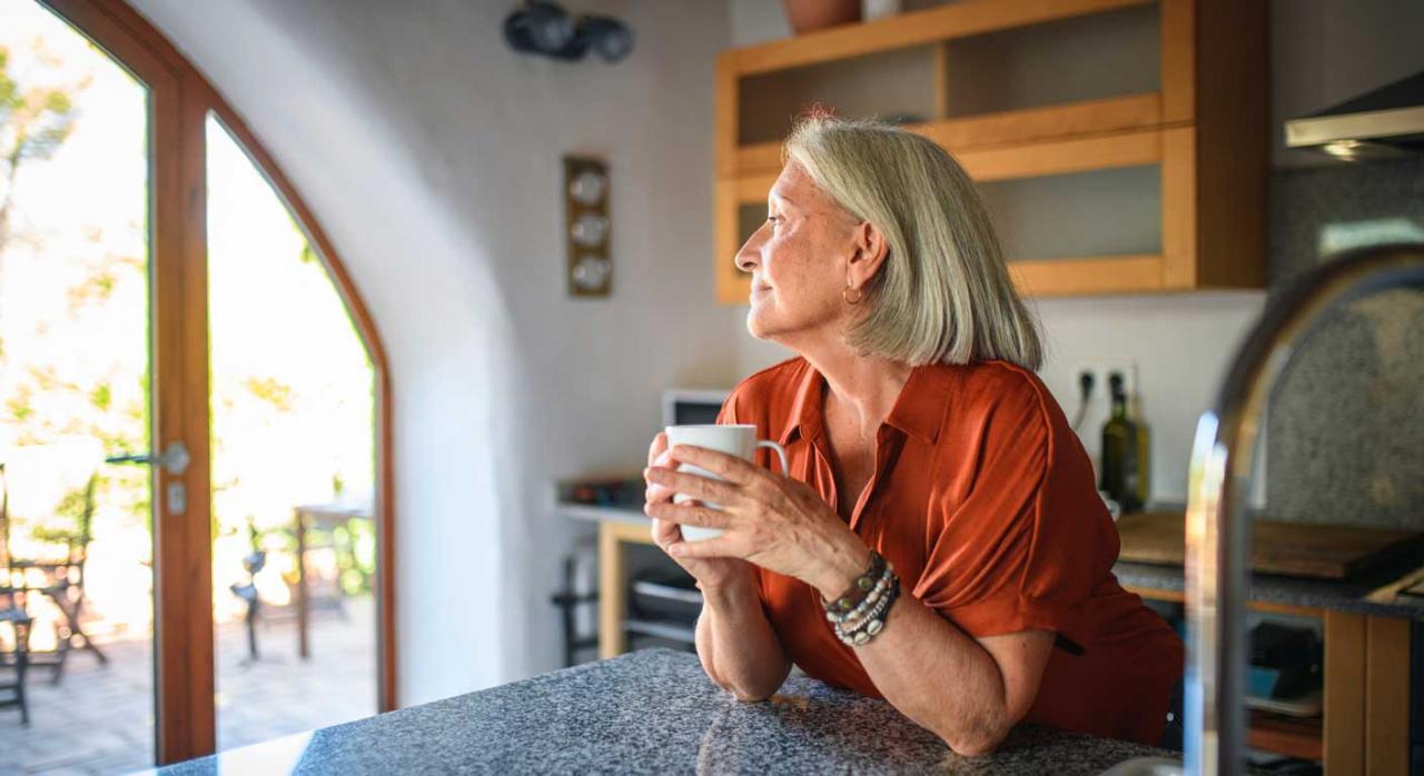 Complemento de pensión; brecha de género; aportación demográfica. Imagen de una mujer mayor con una taza en la mano