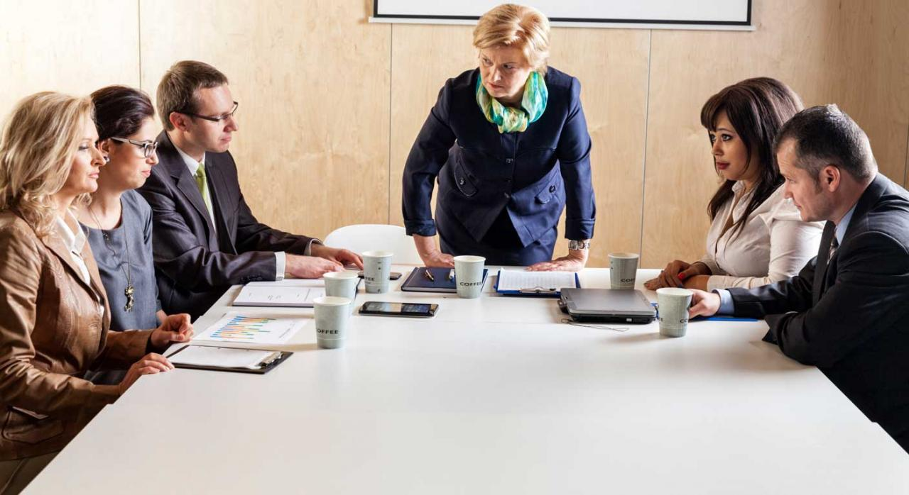 Imagen de unos empresarios discutiendo sobre conflictividad laboral