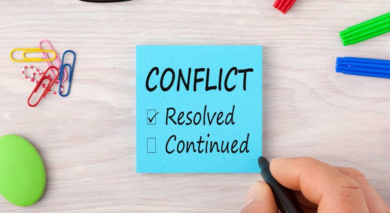 Imagen de un post it azul en el que pone conflicto resuelto