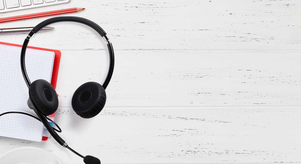 Contact center; pvd; pausas de 5 minutos. Imagen de unos cascos de call center
