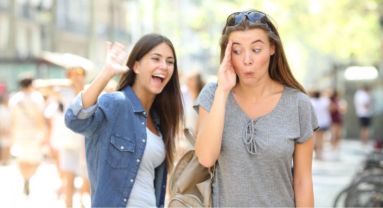 Contratos de interinidad en el sector público. Imagen de dos chicas hablando