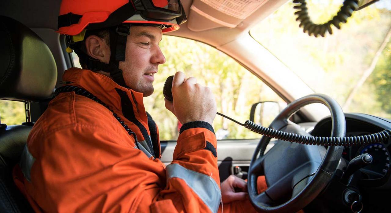 Convenio colectivo; categoría profesional. Imagen de un bombero conduciendo
