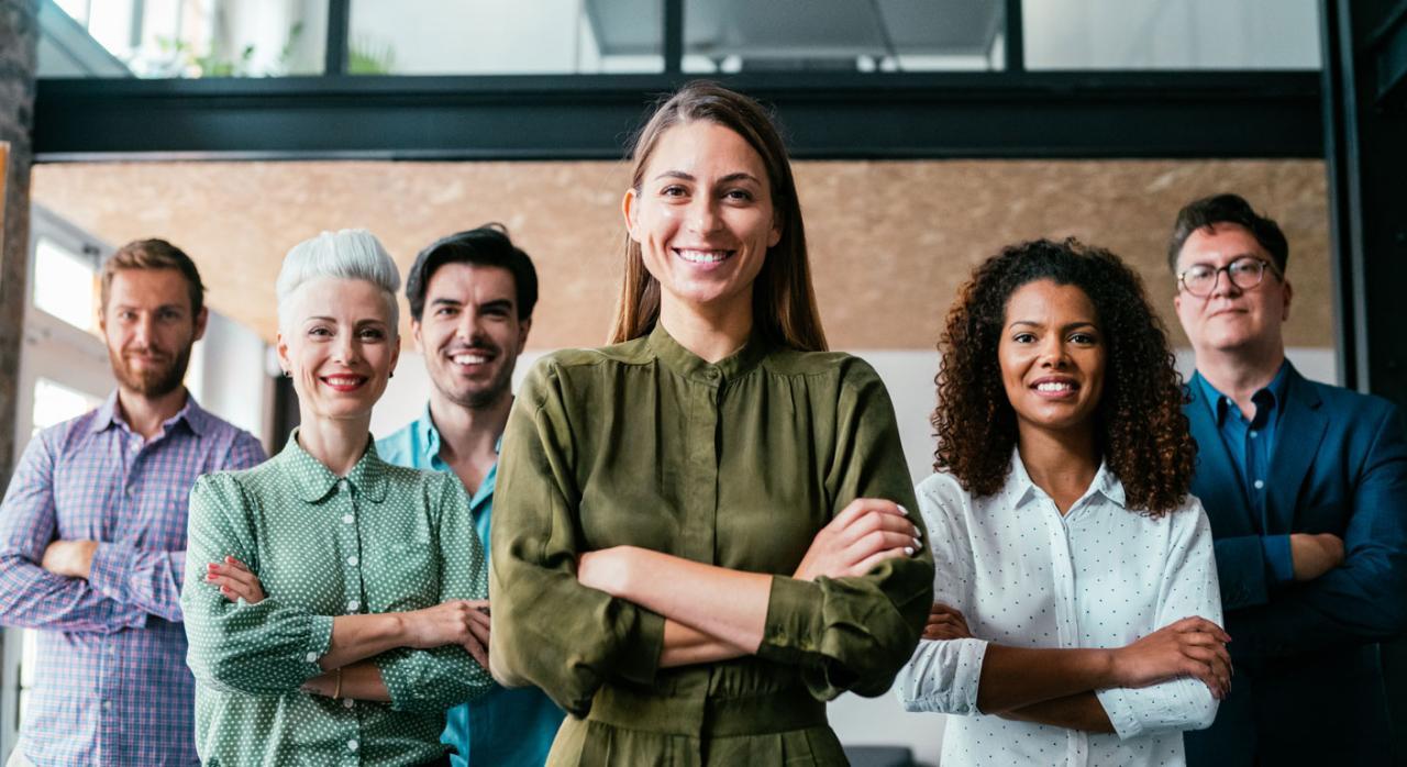 Consulte aquí los Convenios Colectivos Estatales, de CC. AA. y Provinciales. Imagen de un grupo de personas con los brazos cruzados