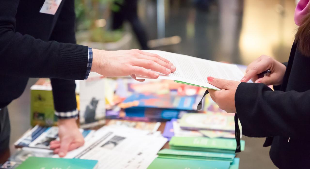 Copia de contrato básico. Imagen de hombre y mujer compartiendo folletos informativos