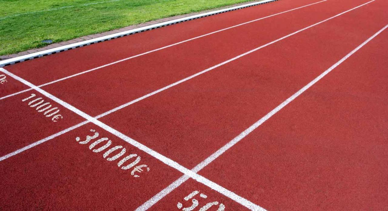 No se produjo desestimiento parcial, ni pago parcial, por lo que la cuantía litigiosa excedía de 3.000 euros. Imagen de dinero en curso sobre pistas atletismo