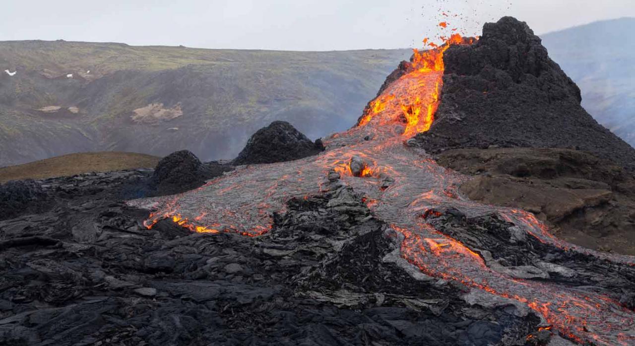 Aplazamiento y moratoria de cuotas para empresas y autónomos de La Palma. Imagen de volcán en erupción