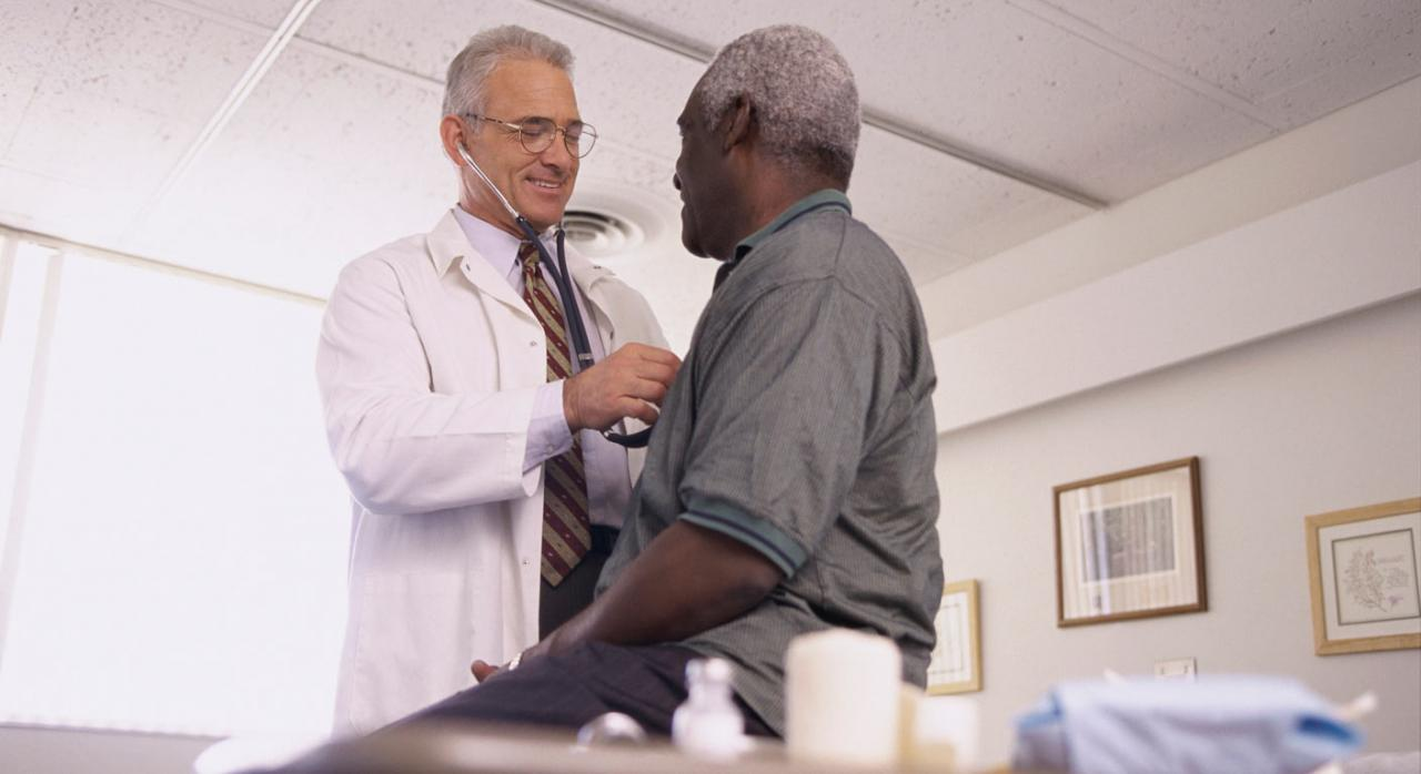 Doctor auscultando a paciente afroamericano