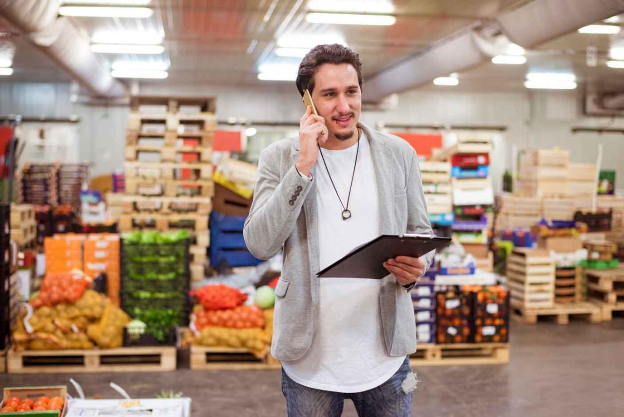 Imagen de un chico en un supermercado trabajando.