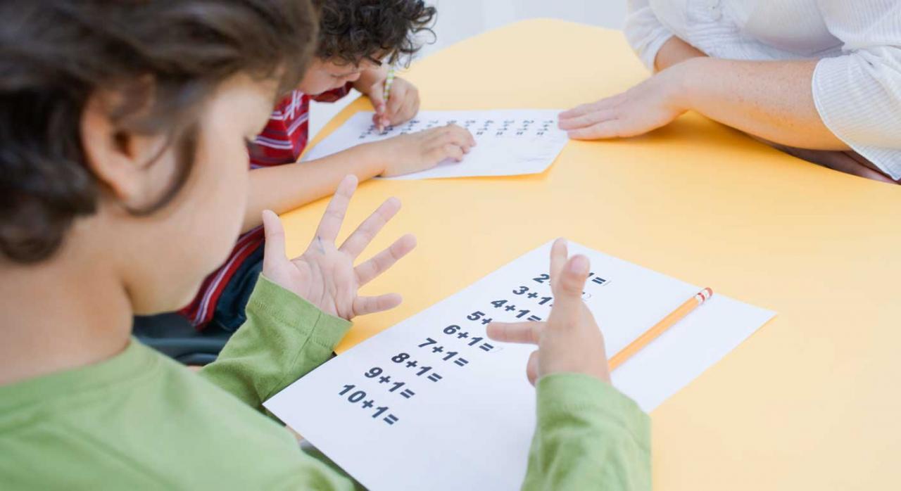 Fórmula de cómputo del período de 90 días en los despidos colectivos. Imagen de un niño haciendo cuentas