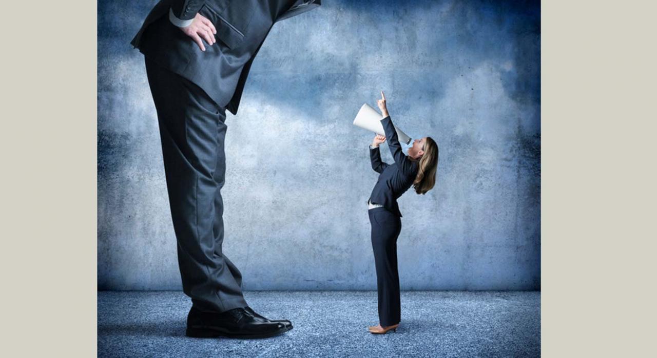 No hay base legal que excluya el proceso individual. Imagen de trabajadora hablando con un megáfono a un hombre de gran tamaño