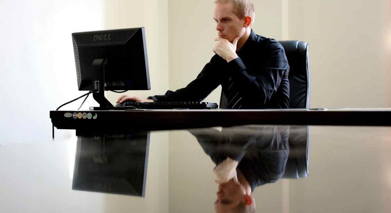 Despido improcedente. Opción empresarial por la indemnización. Imagen de un señor en un ordenador