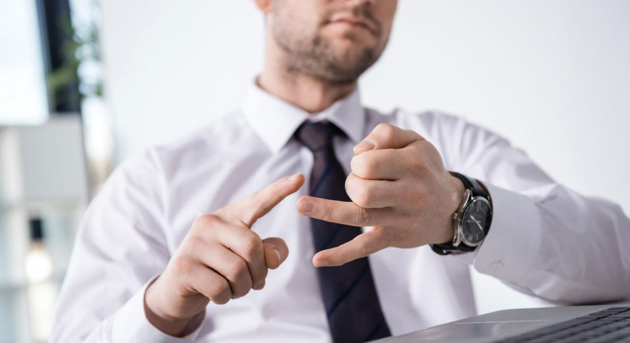 Despido improcedente. Imagen de hombre sentado en actitud de exposición de motivos