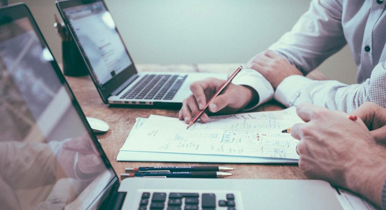Las declaraciones trimestrales de IVA constituyen documentación oficial, siendo medio idóneo. Imagen de dos personas con dos portátiles sobre escritorio