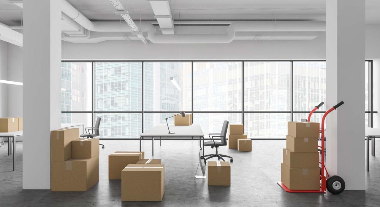 La readmisión obligatoria avocaría a muchas empresas a su desaparición. Imagen de Cajas en nueva oficina de espacio abierto