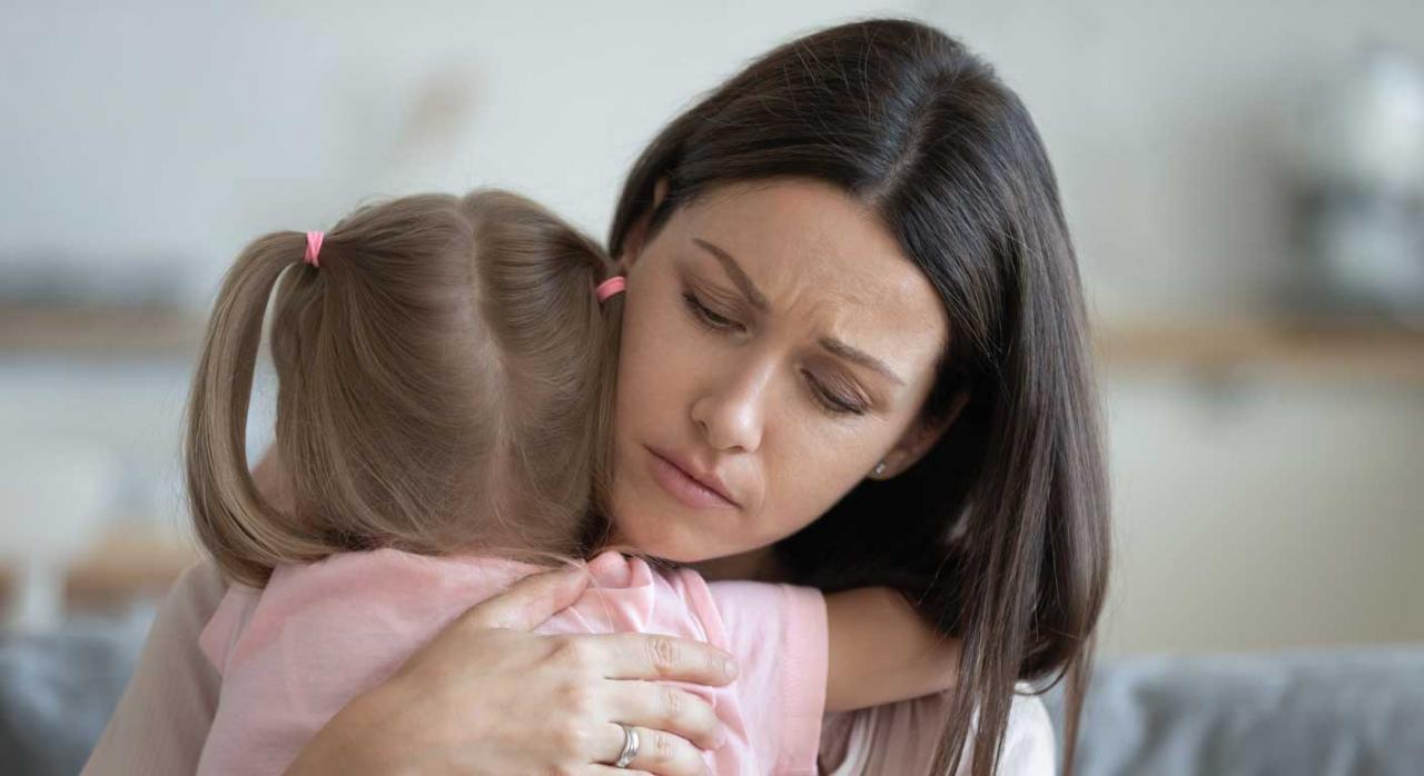 Despido objetivo. Madre abrazando a su hija con gesto de preocupación
