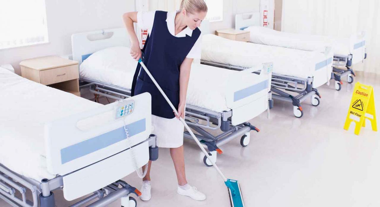 Discriminación salarial. Mujer de la limpieza en un hospital