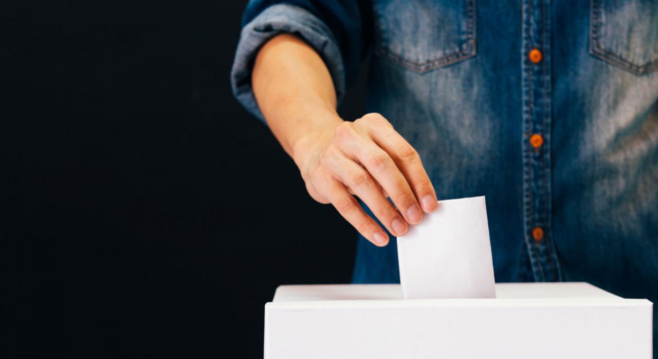 Elecciones a comité de empresa. Imagen de persona votando en mesa electoral