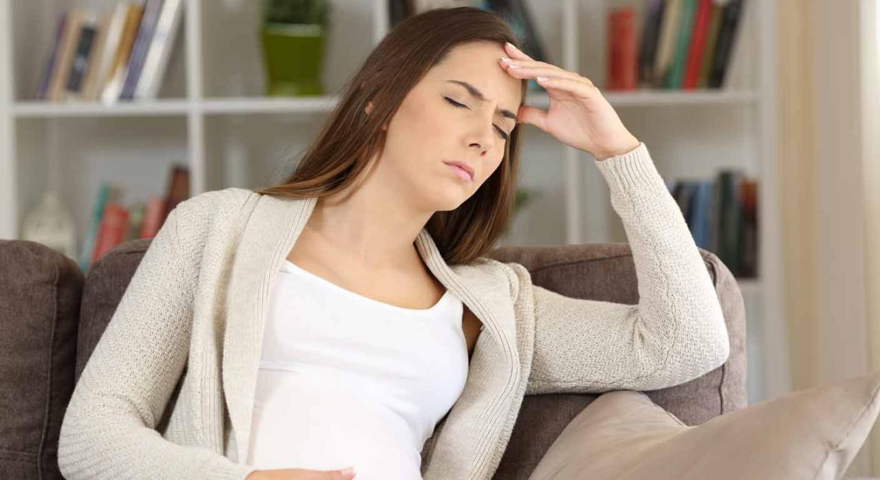 Mujer embarazada con gesto de dolor