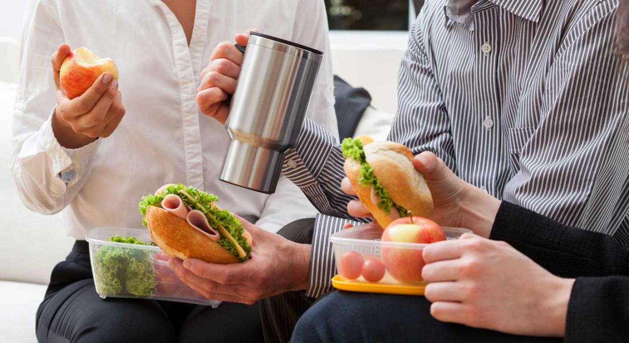 trabajadores comiendo bocadillo tiempo de descanso