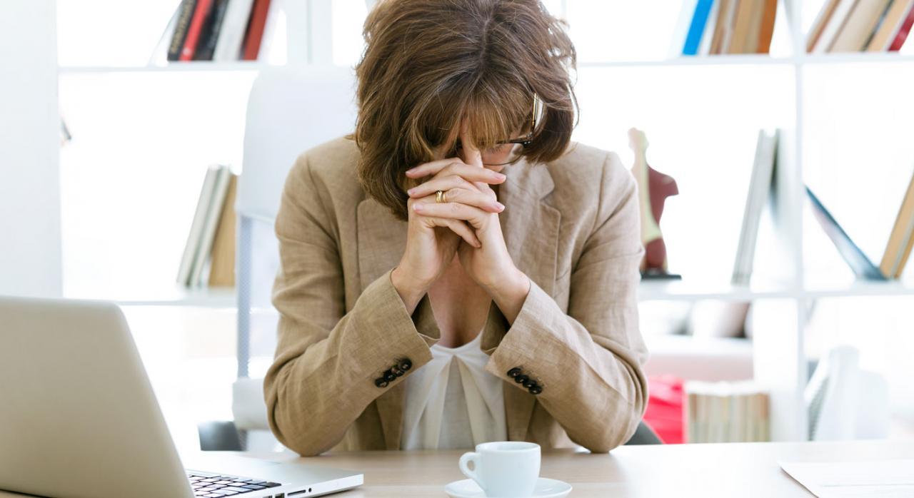 Imagen de una mujer con exceso de trabajo en la oficina interinidad vacante