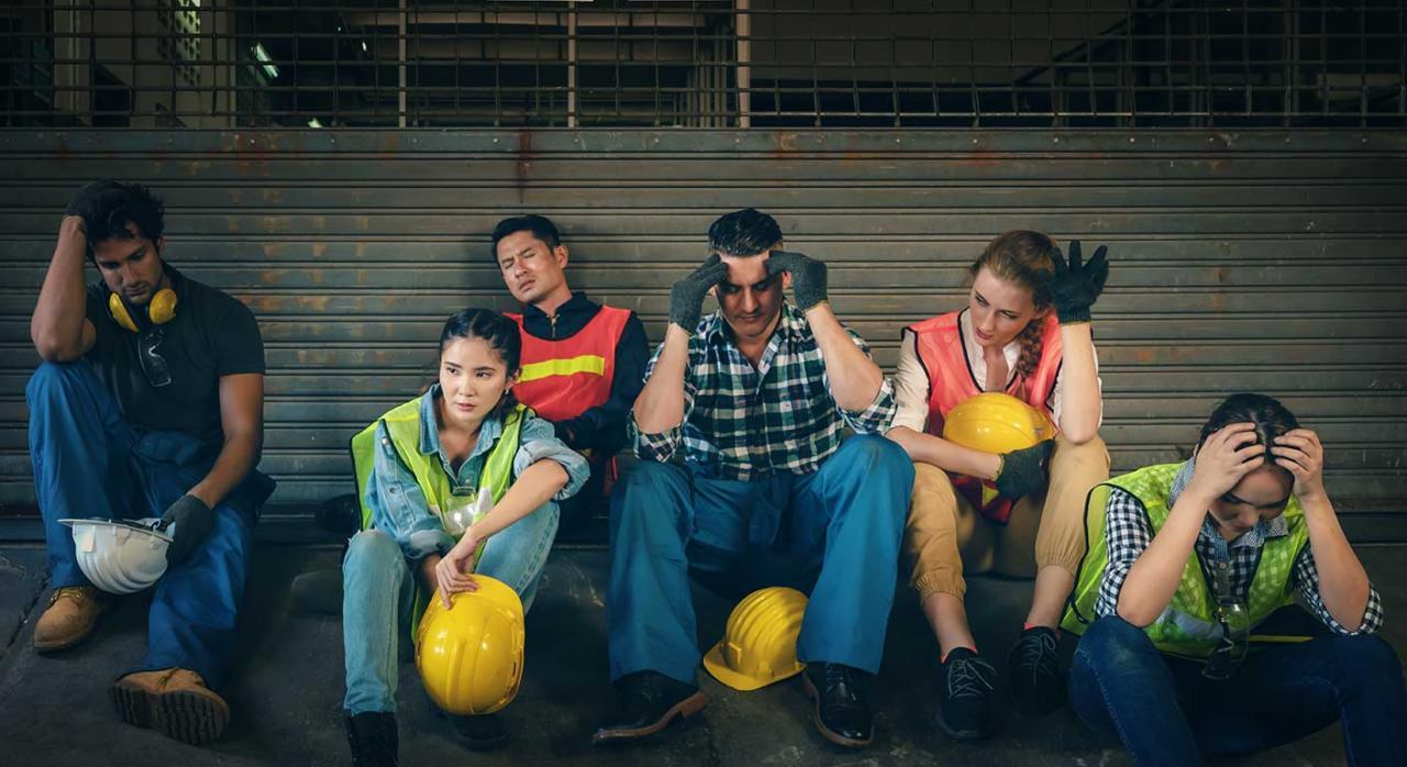 ERTES por COVID. Imagen de unos trabajadores en una fábrica
