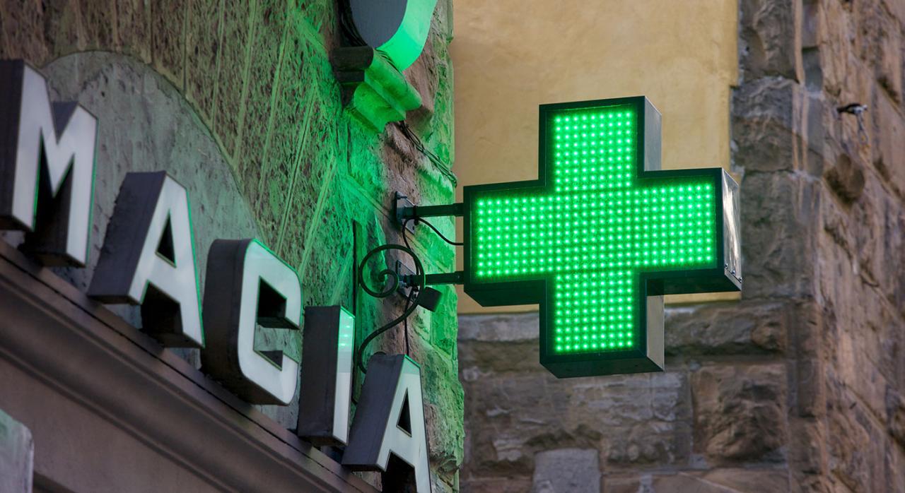 Establecimientos sanitarios; servicios esenciales. Imagen de un señal de farmacia