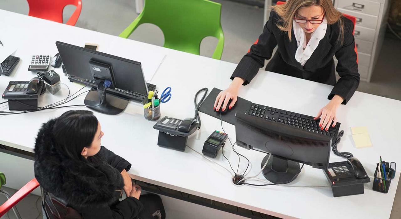 excedencia voluntaria; situación legal de desempleo; despido improcedente; conciliación. Imagen de una empresaria trabajando en la oficina